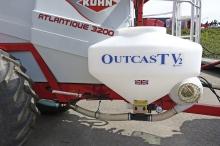 Outcast V2 Ergonomisk og sikker placering af frøbeholder på sprøjten. Præcis spredning via små spredeskiver på bommen.