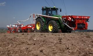 KUHN 1512 fronttank leverer gødning til majsetablering